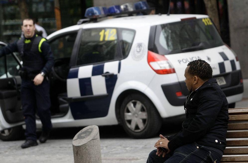 Foto: Un policía se dirige a un inmigrante africano en la madrileña plaza de Lavapiés, en 2009. (Reuters)