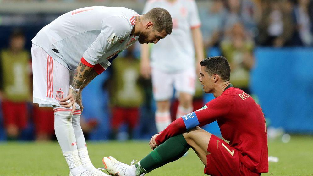 Foto: Sergio Ramos, junto a Cristiano Ronaldo, durante el España-Portugal en el Mundial de Rusia. (EFE)
