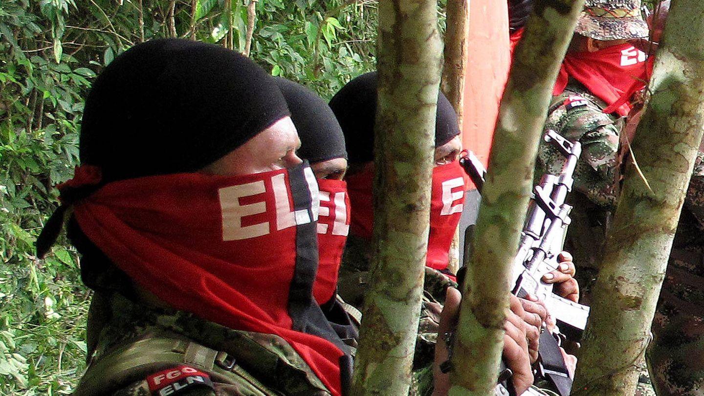 Integrantes de la guerrilla del ELN participan en la liberación de unos secuestrados, en agosto de 2012. (EFE)