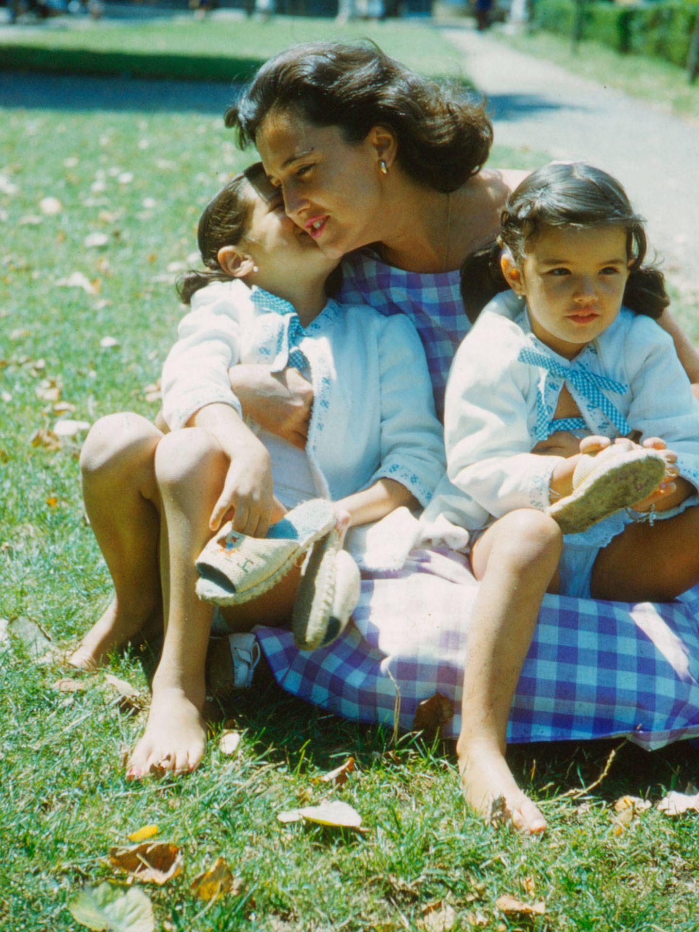 Las hermanas Ordóñez con su madre en un día de campo. (Getty)