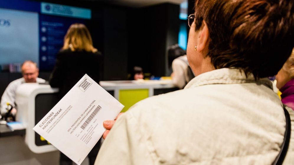 Foto: Numerosas personas hacen cola para votar por correo. (EFE)