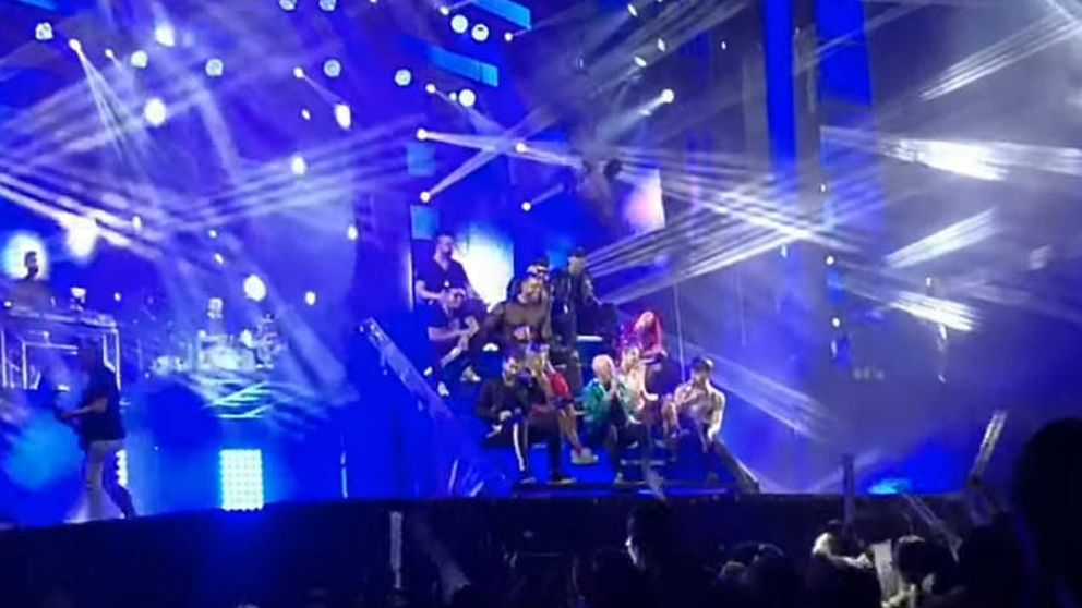 La caída de una bailarina de la orquesta Panorama durante una actuación