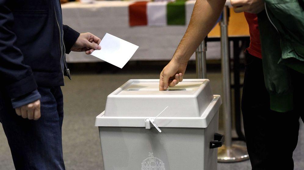 Foto: Un ciudadano húngaro vota en el referéndum. (EFE)