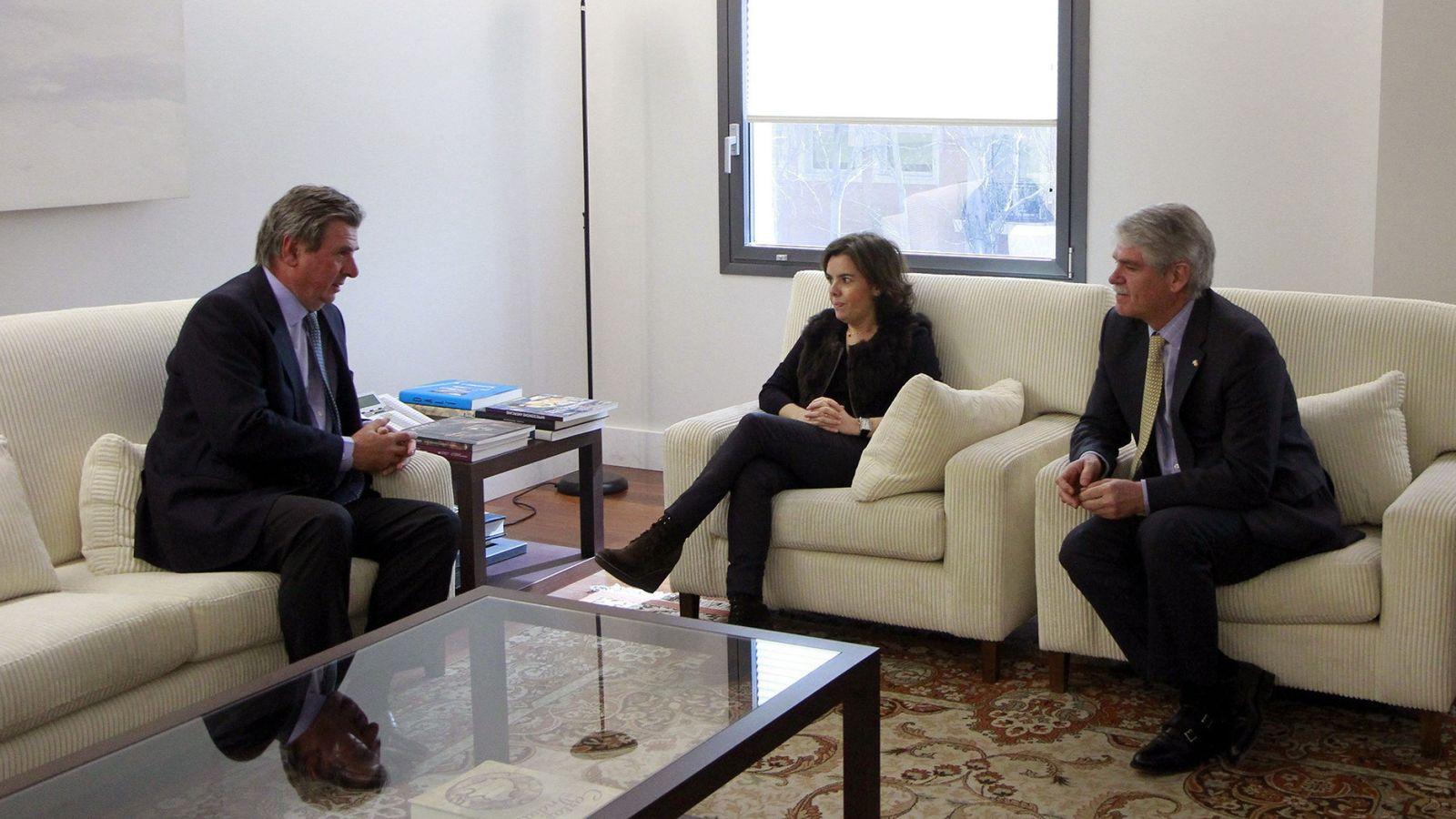Foto: Soraya Sáenz de Santamaría y el ministro de Asuntos Exteriores, Alfonso Dastis, con el nuevo embajador de España en el Reino Unido, Carlos Bastarreche. (EFE)
