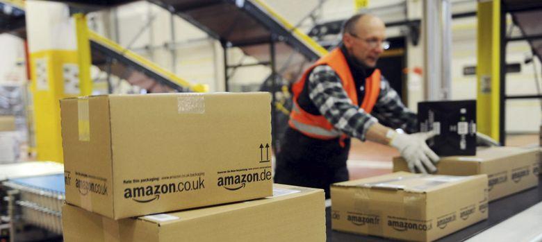 Foto: Un operario coloca cajas en un almacén de Amazon de Alemania. (EFE)