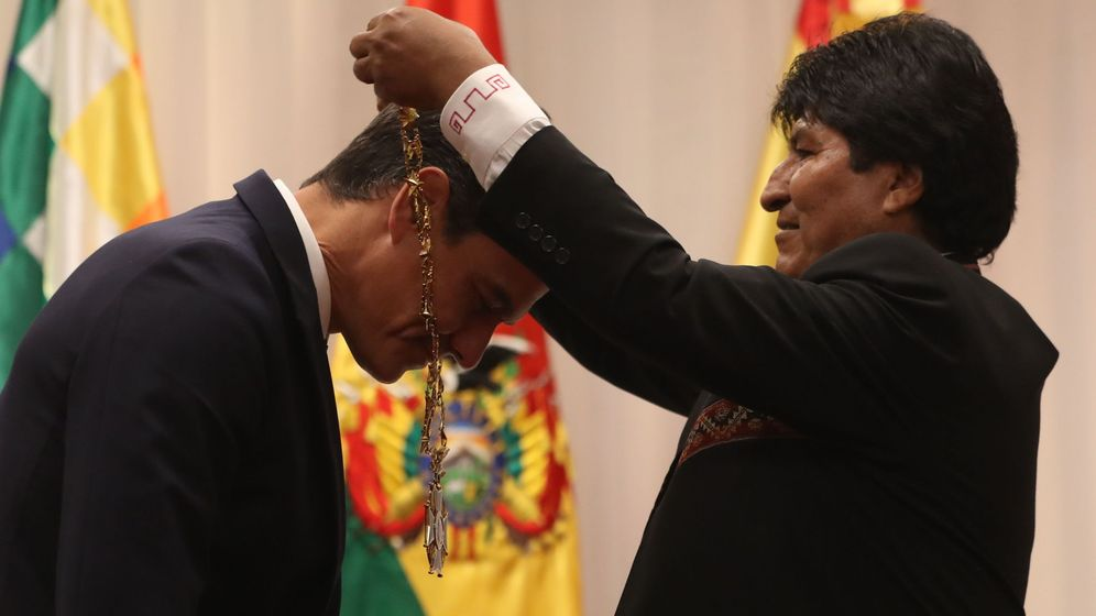 Foto: Sánchez, condecorado por Evo Morales con la Orden Nacional del Cóndor de los Andes en el grado de Gran Collar este 28 de agosto en Santa Cruz. (EFE)