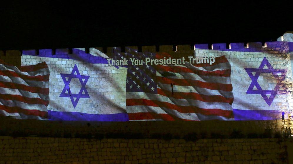 Foto: Las murallas de la vieja Jerusalén, iluminadas con las banderas de Estados Unidos e Israel. (EFE)