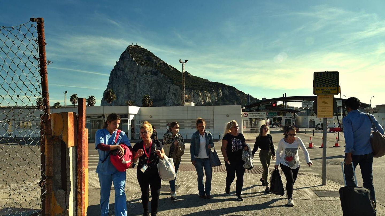 Trabajadoras del Campo de Gibraltar salen del Peñón en dirección a La Línea. (Toñi Guerrero)