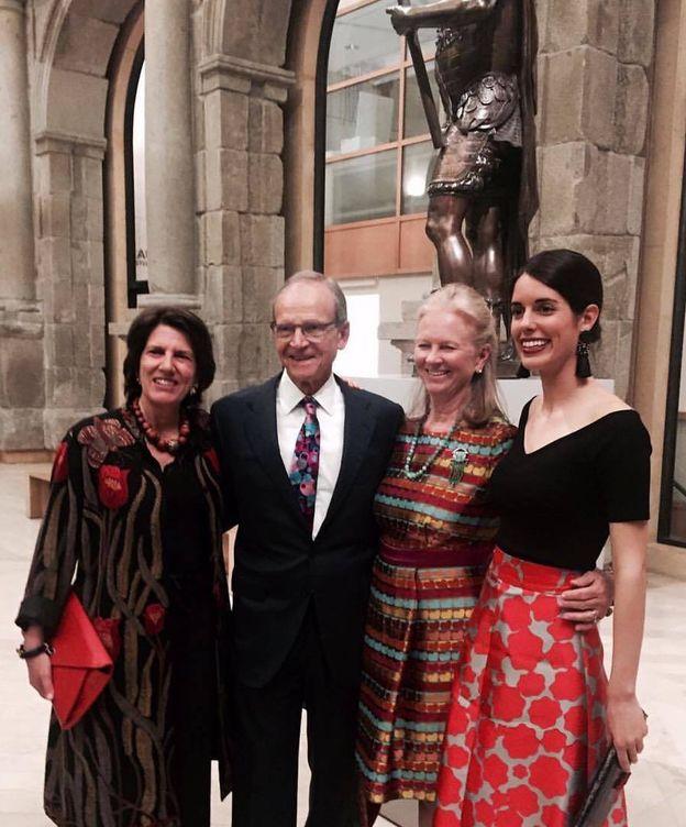 Foto: Sofía Palazuelo con su madre, Sofía Barroso (a la izda.) y dos amigos de la Hispanic Society, en las puertas del Museo del Prado.