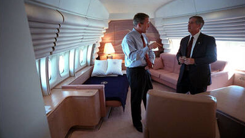 George Bush y su jefe de gabinete, Andy Card, en el Air Force One regresando de Florida (Eric Draper/Casa Blanca)