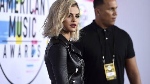 Selena sorprende de rubia en la alfombra roja de los American Music Awards