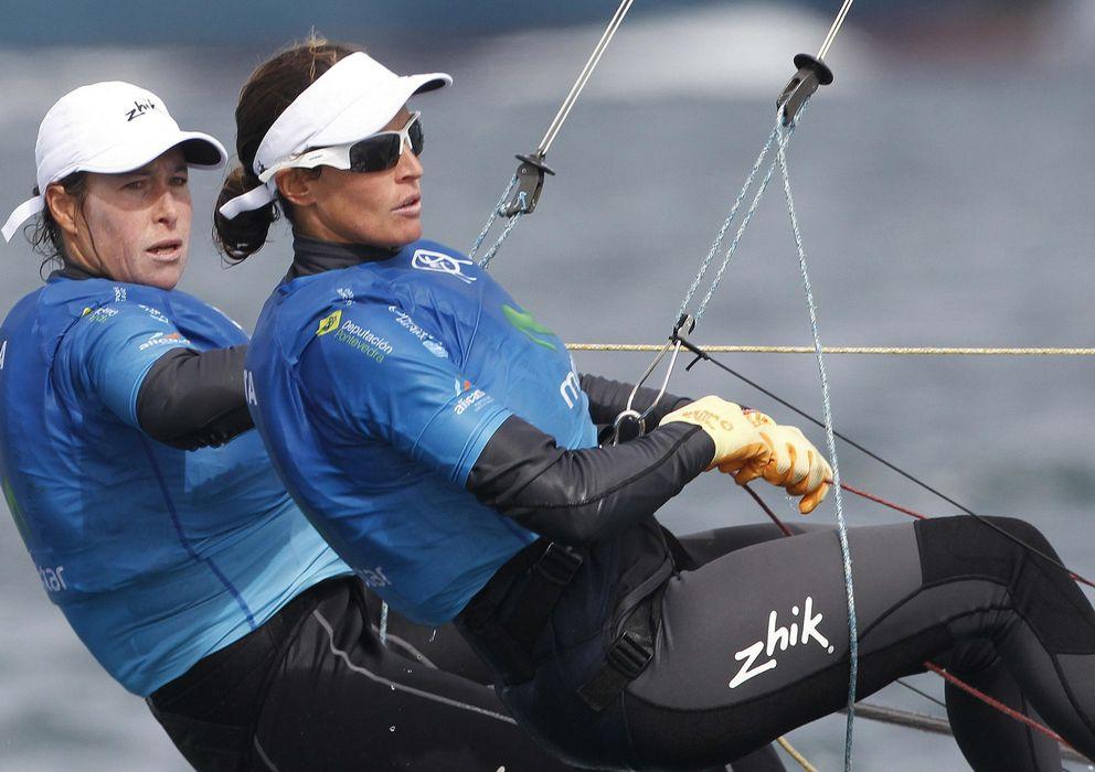 Foto: Berta Betanzos y Tamara Echegoyen, durante el Mundial de Vela de Santander (EFE)