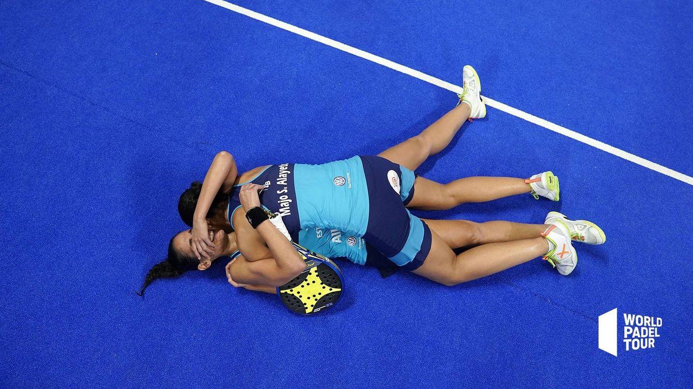 El abrazo del pádel, el abrazo de las gemelas Sánchez Alayeto en Menorca