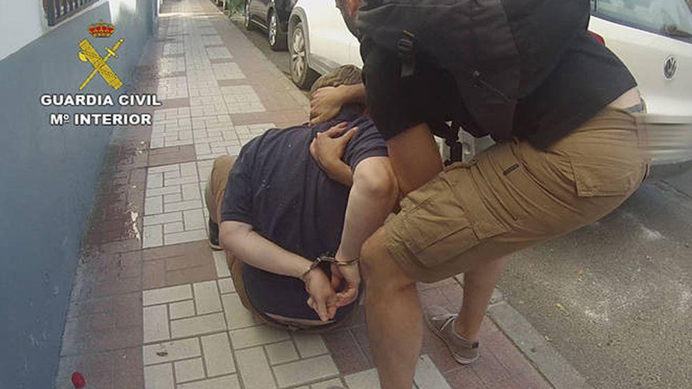 Foto: El momento en el que un guardia civil detiene a David Hayes. (Foto: Guardia Civil)