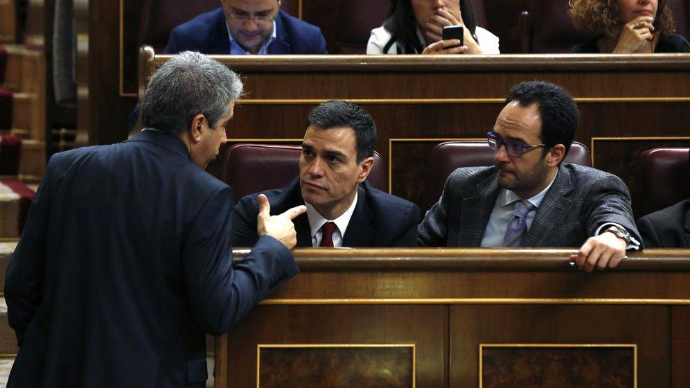 Foto: El diputado de CDC, Francesc Homs, conversa con el líder del PSOE, Pedro Sánchez, y el portavoz parlamentario socialista, Antonio Hernando. (Efe)