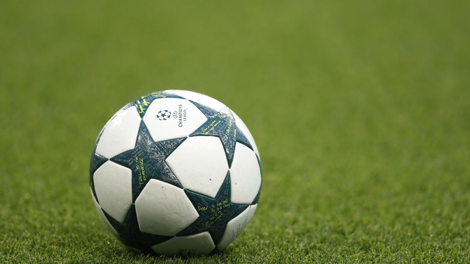 Foto: Match ball before the game
