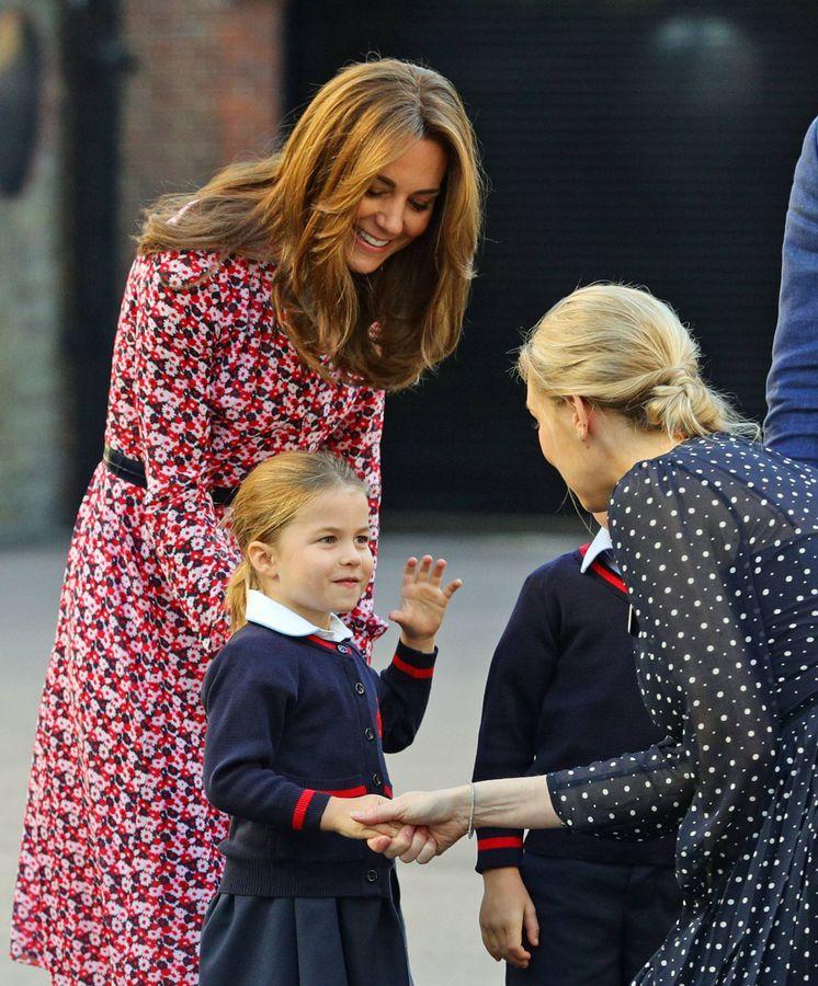 Foto: Kate Middleton junto a la princesa Charlotte a su llegada al centro escolar. (Getty)