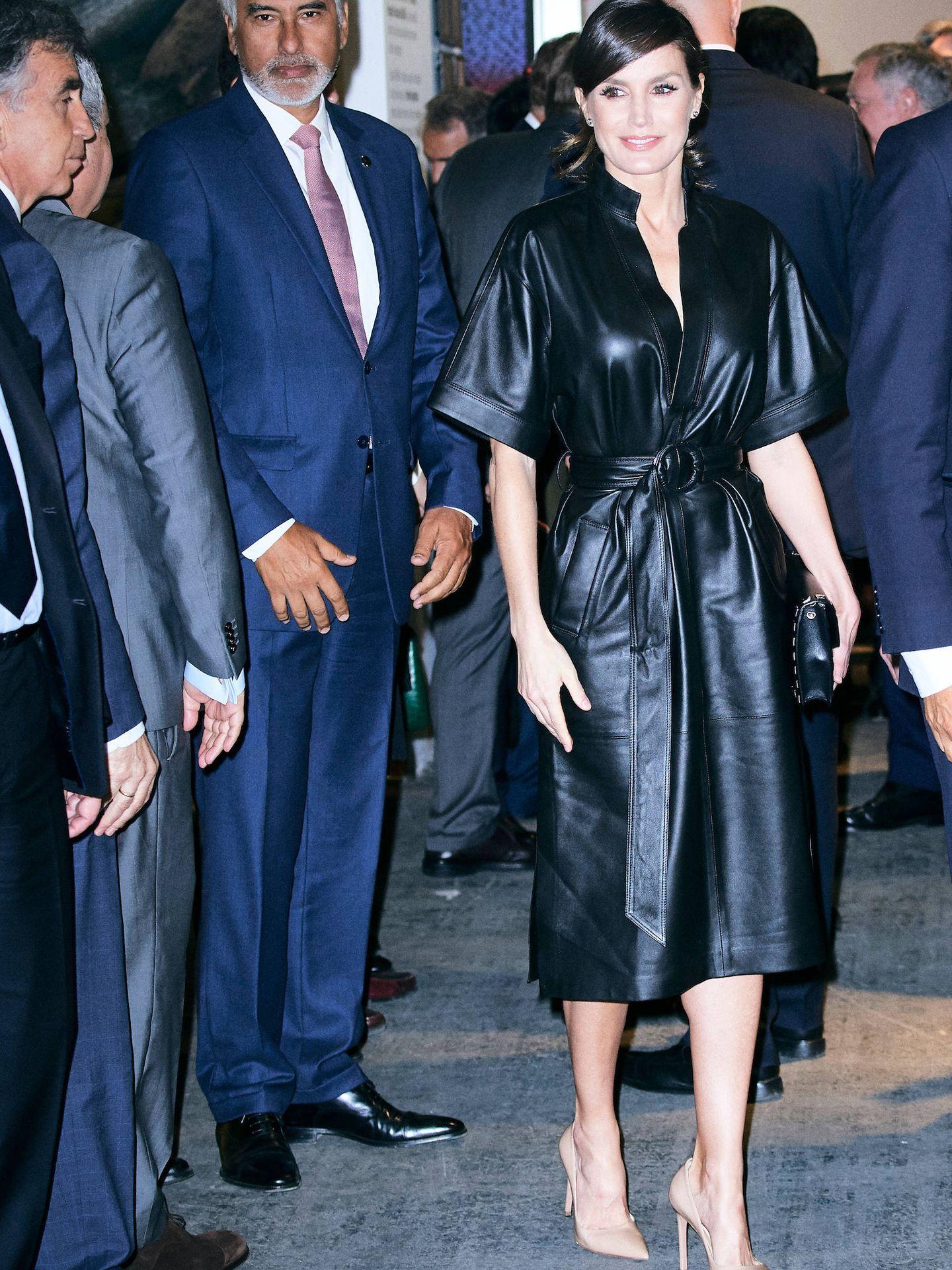 La reina Letizia, con el vestido de cuero de & Other Stories. (LP)