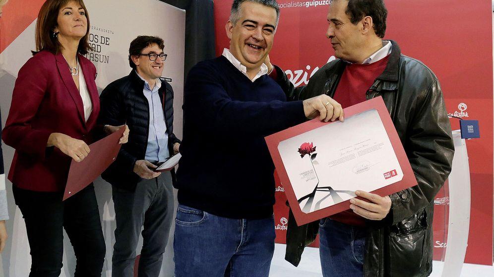 Foto: Miguel Ángel Morales (2d), y José María Múgica (d), hijo de Fernando Múgica. (EFE)