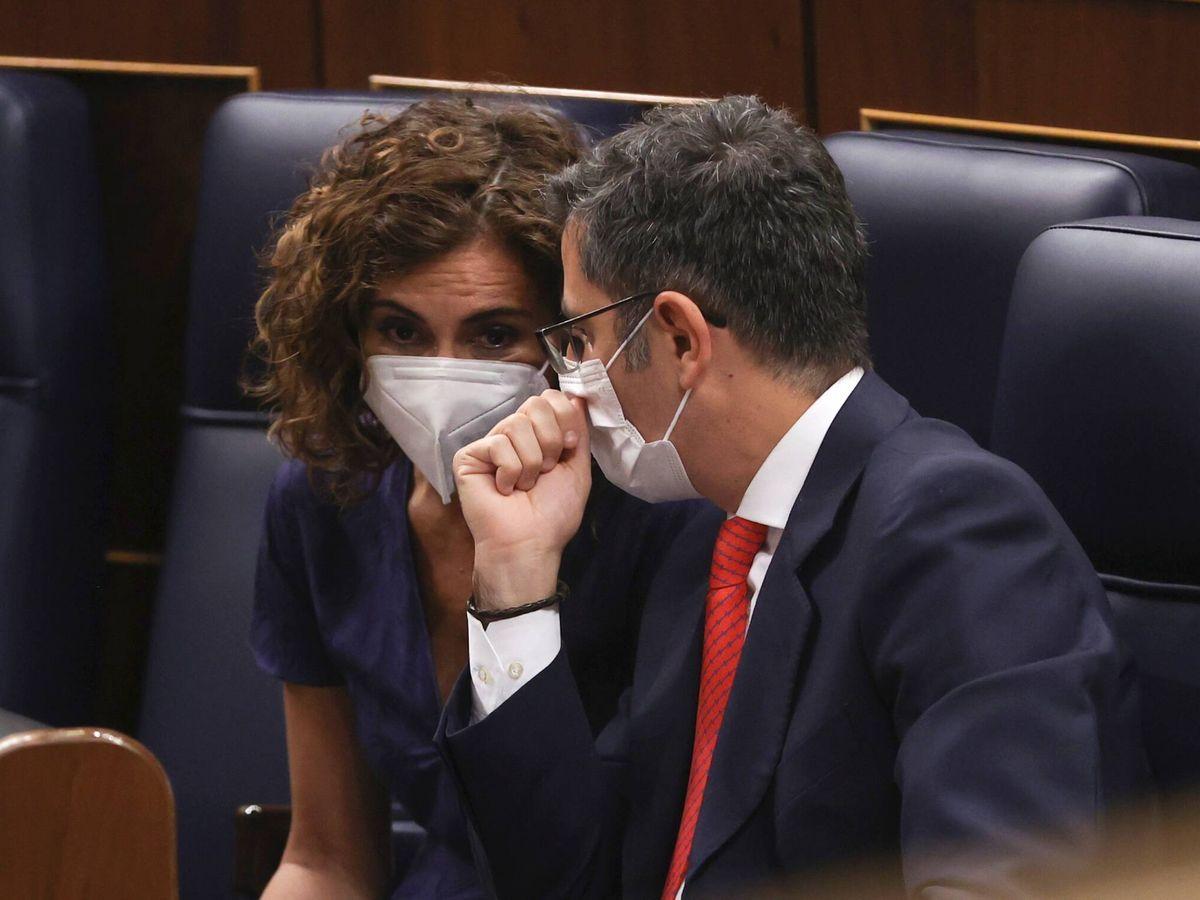 Foto: El ministro de Presidencia, Félix Bolaños (d), conversa con la ministra de Hacienda, María Jesús Montero. (EFE)