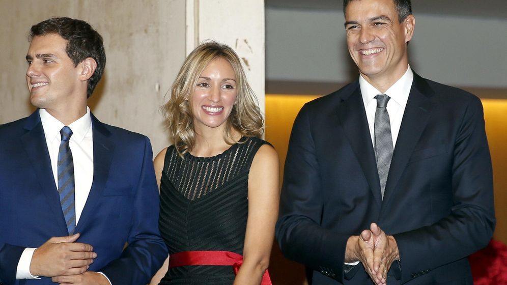 Foto: Albert Rivera y su pareja, junto a Pedro Sánchez, a su llegada a la cena del fallo del Premio Planeta, el pasado 15 de octubre en Barcelona. (EFE)