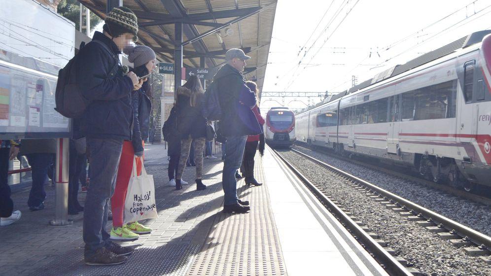 Foto: Pasajeros esperan la llegada de un tren de la c3 (M.Z.)