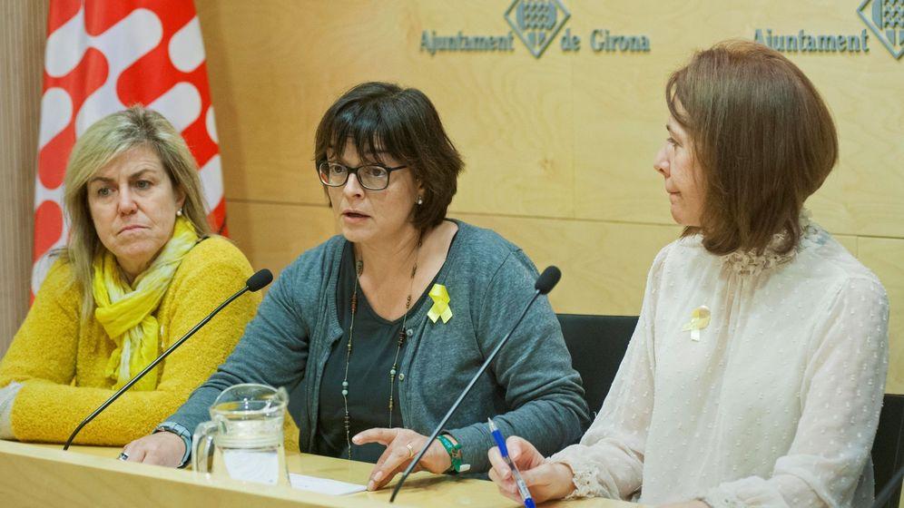 Foto: La presidenta Asociación Catalana por los Derechos Civiles, Meritxell Lluís (c), esposa de Josep Rull, la secretaria Betona Comín (i), hermana de Toni Comín (i) y la alcaldesa de Girona, Marta Madrenas (c). (EFE)