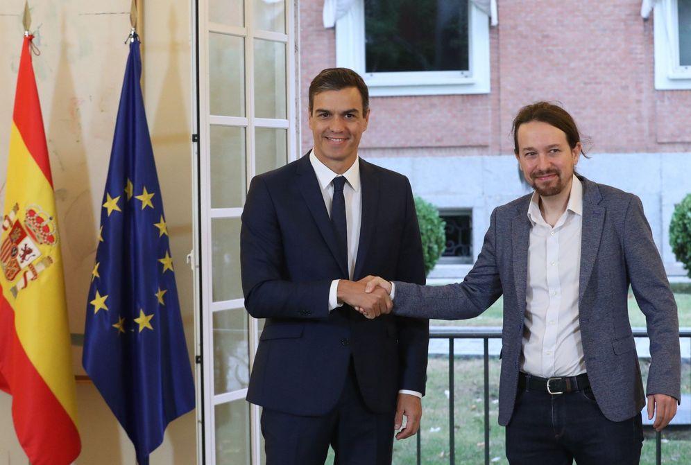 Foto: Pedro Sánchez y el líder de Podemos, Pablo Iglesias, sellan el acuerdo de Presupuestos el pasado 11 de octubre en La Moncloa. (EFE)
