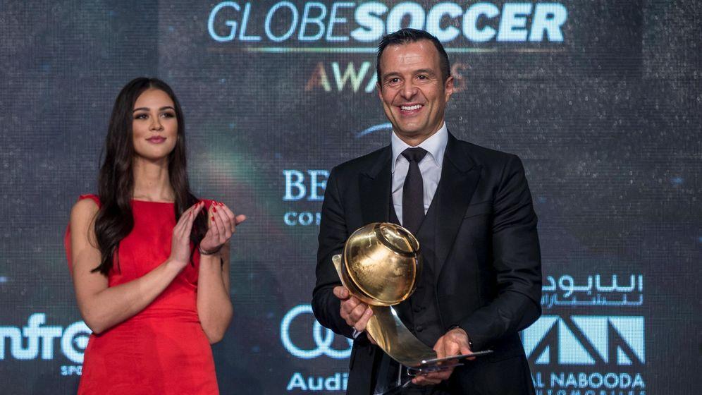 Foto: Jorge Mendes, el pasado mes de diciembre en Dubai, con el premio al mejor agente del año. (Reuters)