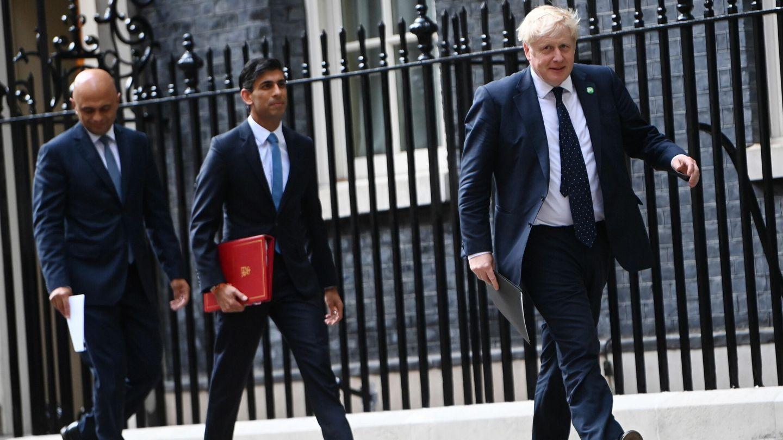 El primer ministro británico, Boris Johnson (der.), seguido por Rishi Sunak, secretario del Tesoro. (EFE)