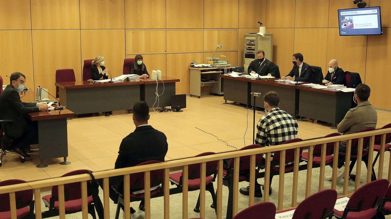 Sergi Enrich, en el centro, junto a Antonio Luna y Eddy Silvestre en el juicio celebrado en San Sebastián. (EFE)