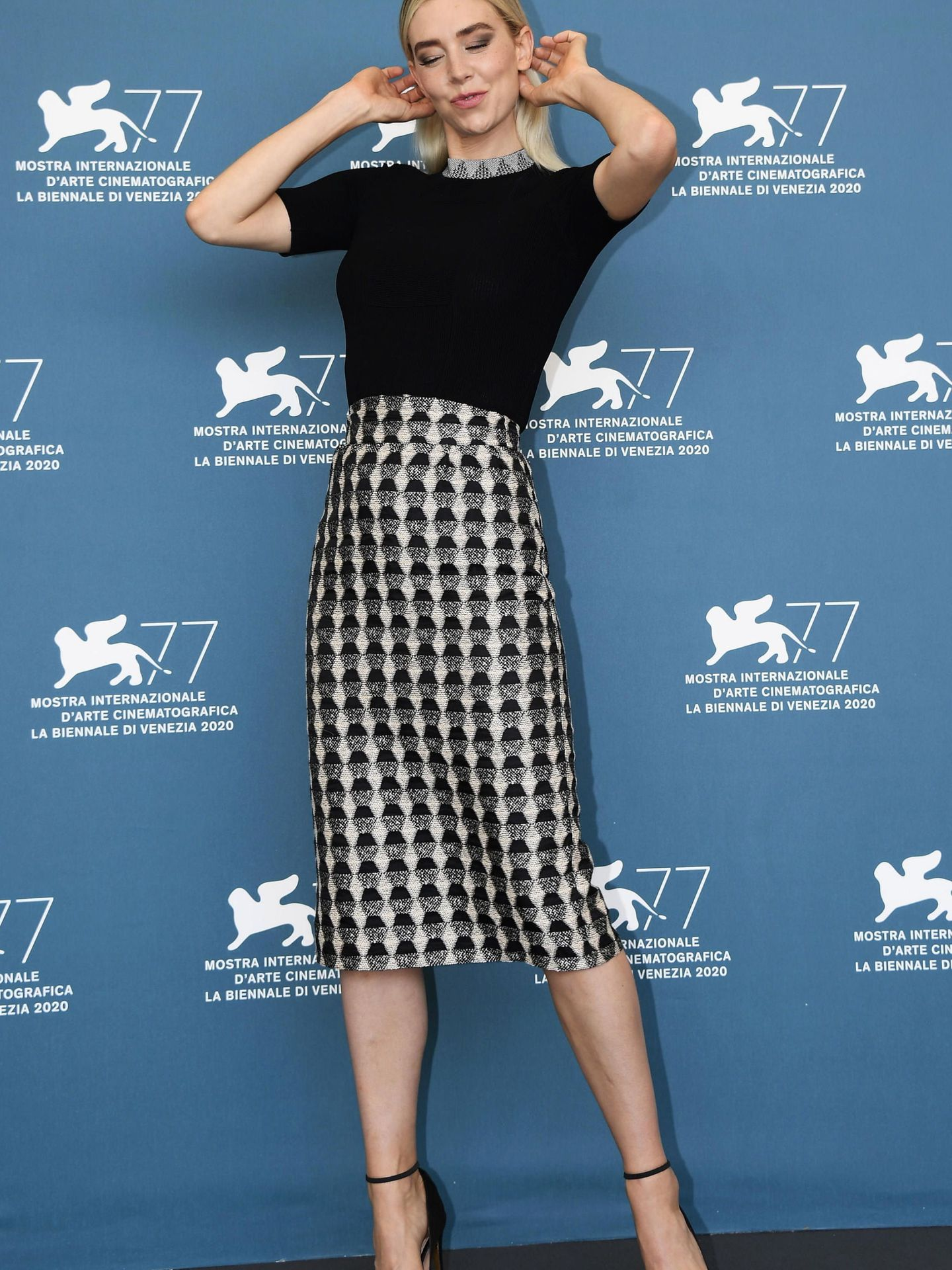 La actriz Vanessa, en el photocall de 'The World to Come' con cuerpo negro de punto y manga corta combinado con una falda de tubo. (EFE)