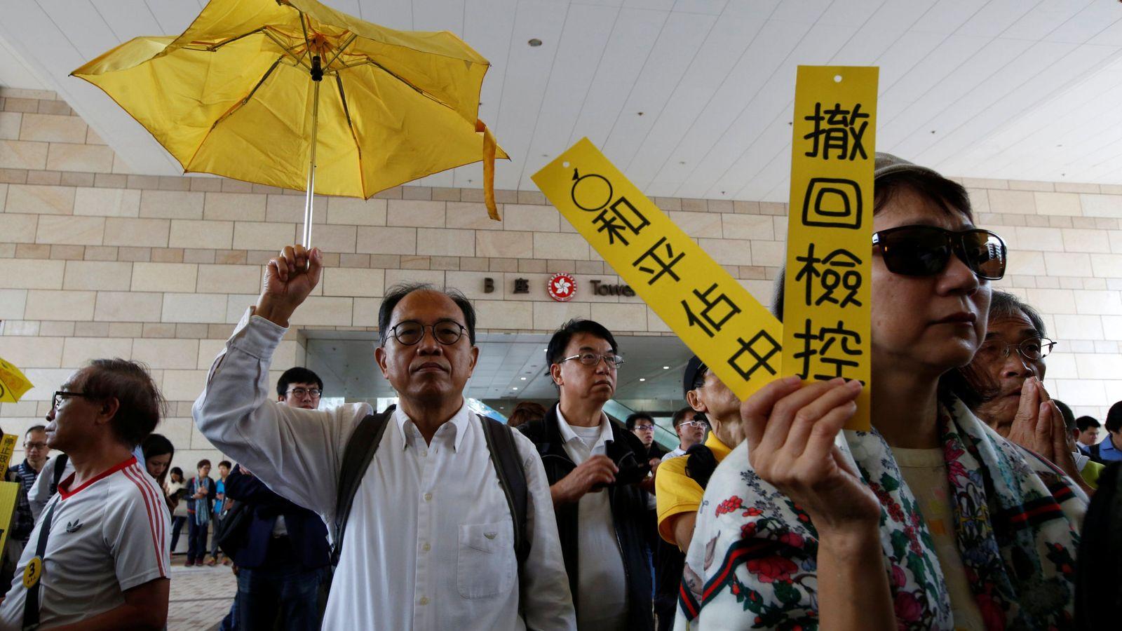 Foto: Partidaros del movimiento prodemocracia Occupy Central se manifiestan frente al tribunal que juzga a sus líderes, en Hong Kong, el 19 de noviembre de 2018. (Reuters)