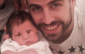 Gerard Piqué posa junto a su hijo Sasha por primera vez