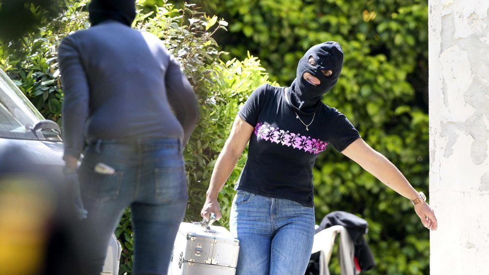 Foto: Confiscación de armas y explosivos de un arsenal de ETA, el año pasado en Biarritz, Francia. (EFE)