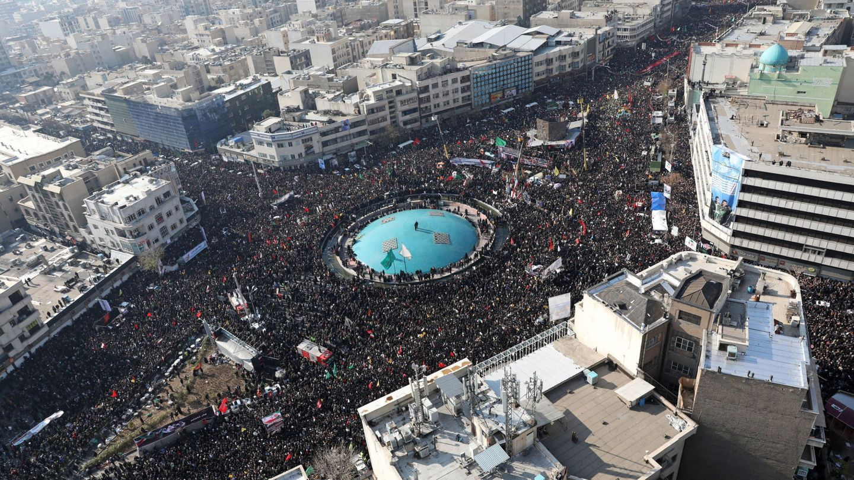 La marcha durante el transporte del féretro de Soleimani (Reuters)