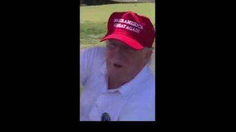 Donald Trump la lía en su propio campo de golf