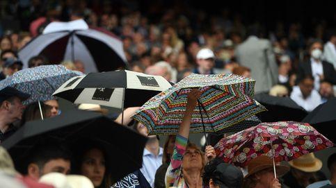 Paraguas en Wimbledon y aumento de las temperaturas en Andalucía: el día en fotos