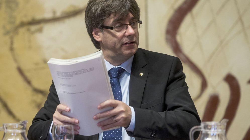 Foto: El presidente de la Generalitat, Carles Puigdemont, repasa unos papeles durante la reunión que el Gobierno de Cataluña celebra cada martes en el Palau de la Generalitat. (EFE)