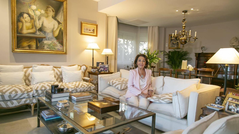 Carmen Navarro, en el salón de la vivienda.