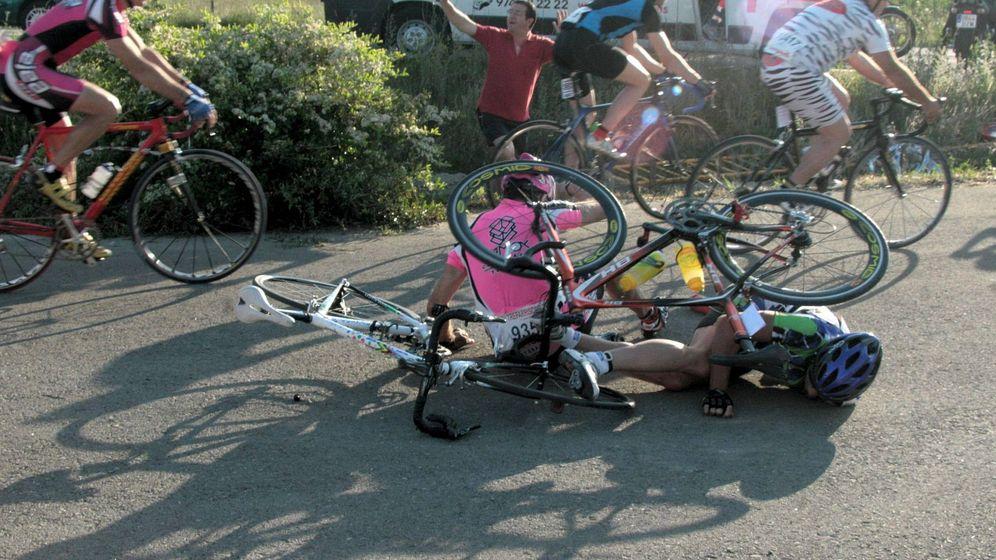 Foto: Dos ciclistas en el asfalto durante la carrera popular Quebrantahuesos. (EFE)