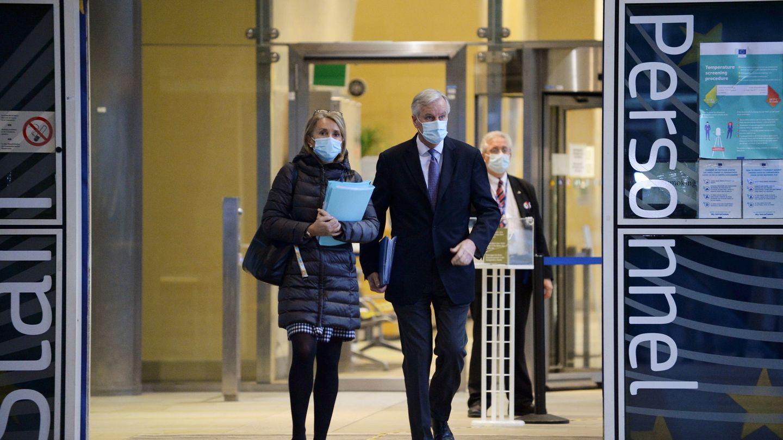 Clara Martínez Alberola sale de la Comisión Europea junto a Michel Barnier, negociador jefe. (Reuters)