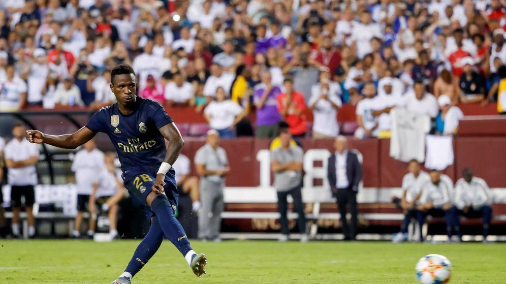 Foto: Vinícius lanza un penalti en el Real Madrid-Arsenal de pretemporada. (EFE)