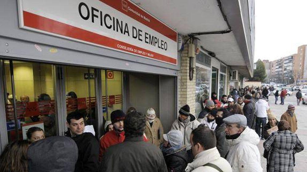 Foto: Colas delante de una Oficina de Empleo (Efe)