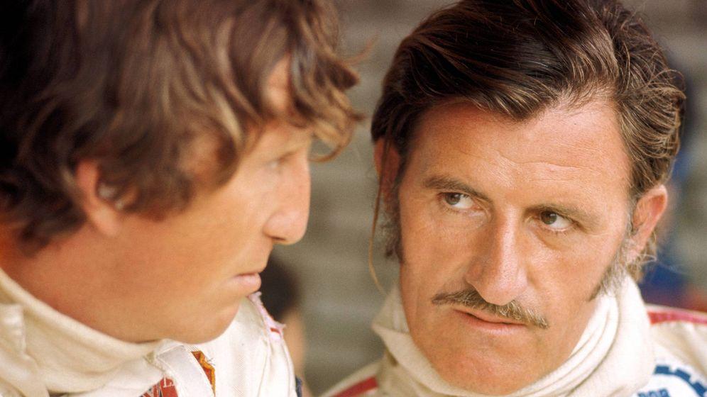 Foto: Jochen Rindt y Graham Hill (d) conversando.