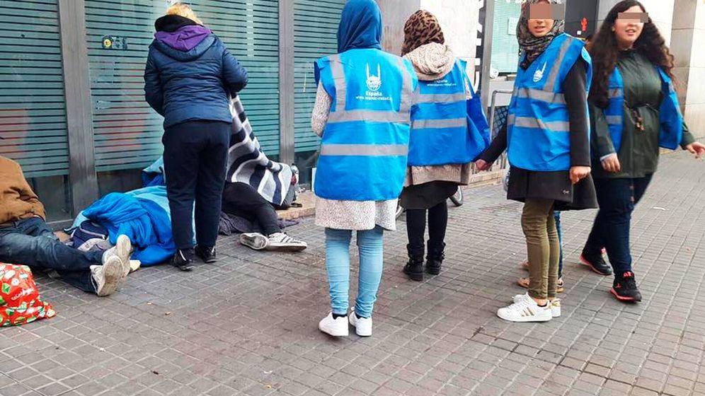 Foto: Voluntarios de Islamic Relief España reparten alimentos y bebidas calientes. (Islamic Relief España)