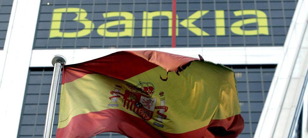 Foto: Una bandera de España que ondea ante la sede de Bankia en Madrid. (EFE)