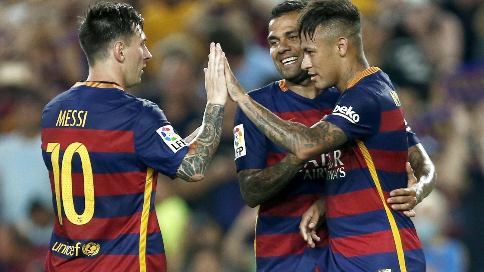 Foto: Leo Messi, Dani Alves y Neymar celebrando el primero gol (Efe)