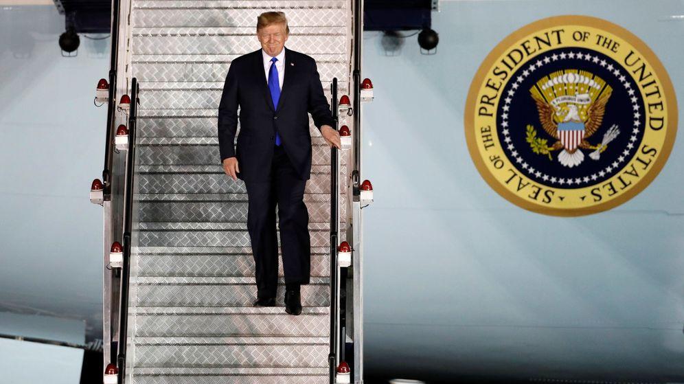 Foto: Donald Trump, bajándose del avión en Singapur (2018)
