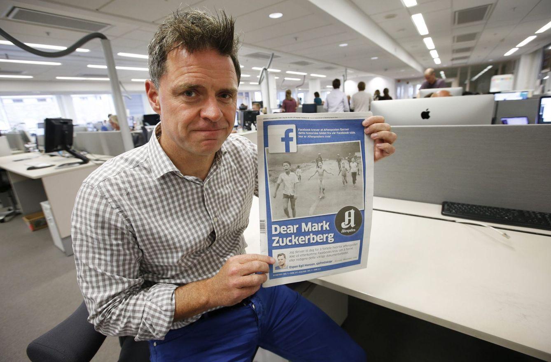 Foto: Espen Egi Hansen, del diario mas leído de Noruega, denunciando la censura de Facebook de la foto La niña del napalm. (Efe / Eric Johansen)